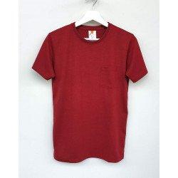 เสื้อยืดมีกระเป๋าสีไวน์แดง