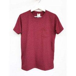 เสื้อยืดมีกระเป๋าสีแดงก่ำ