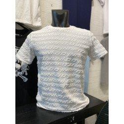 เสื้อยืดลายนูนสีขาว